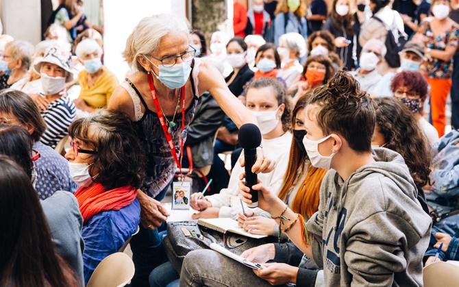 Des bénévoles masqués